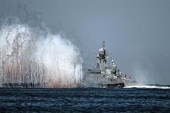 Xem hàng chục chiến hạm Nga nối đuôi khoe sức mạnh tột đỉnh