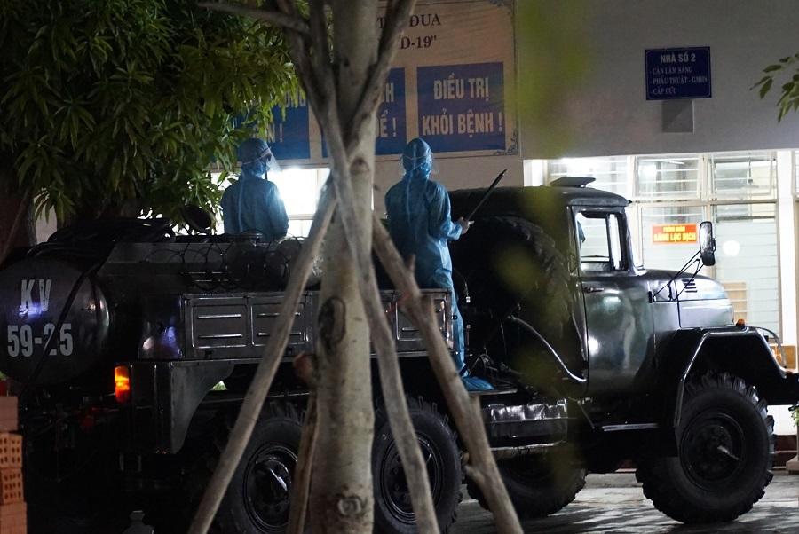 Quân đội huy động xe đặc chủng khử trùng 2 bệnh viện ở Đà Nẵng trong đêm
