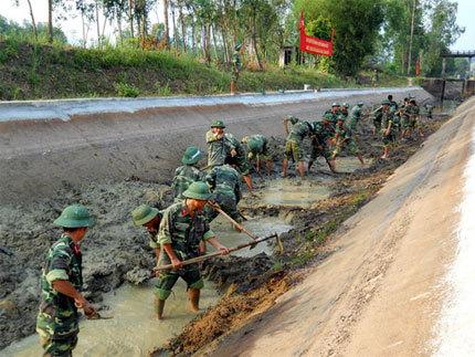 Bình Định: Lực lượng vũ trang chung tay hỗ trợ hàng trăm hộ nghèo