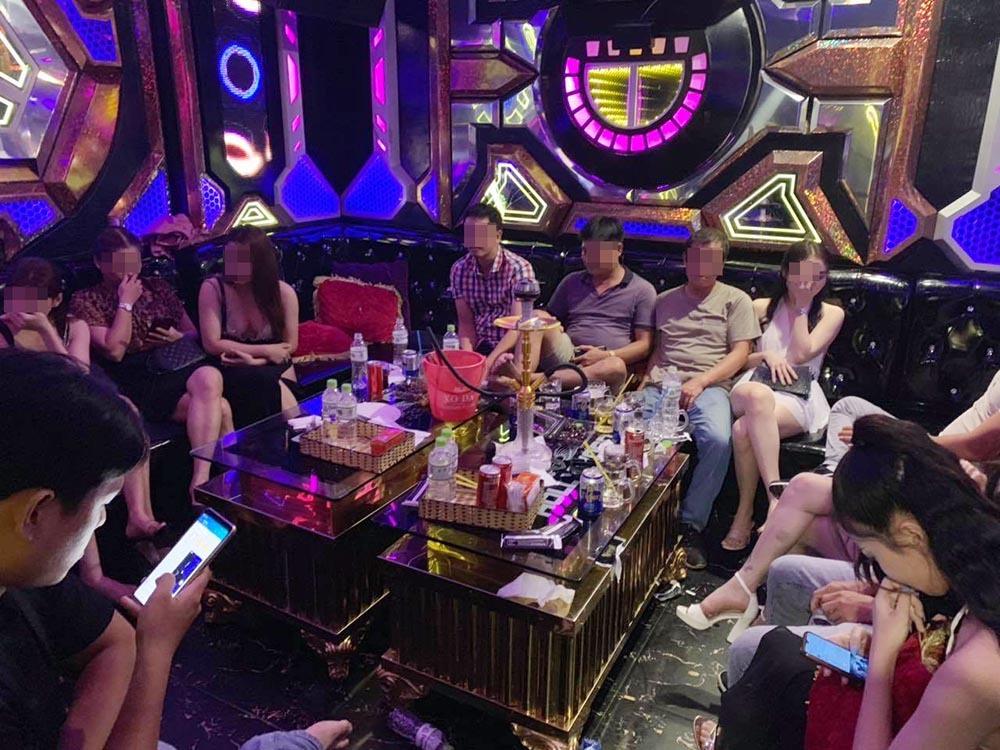 Đột kích karaoke của dân 'bay lắc' vùng ven Sài Gòn