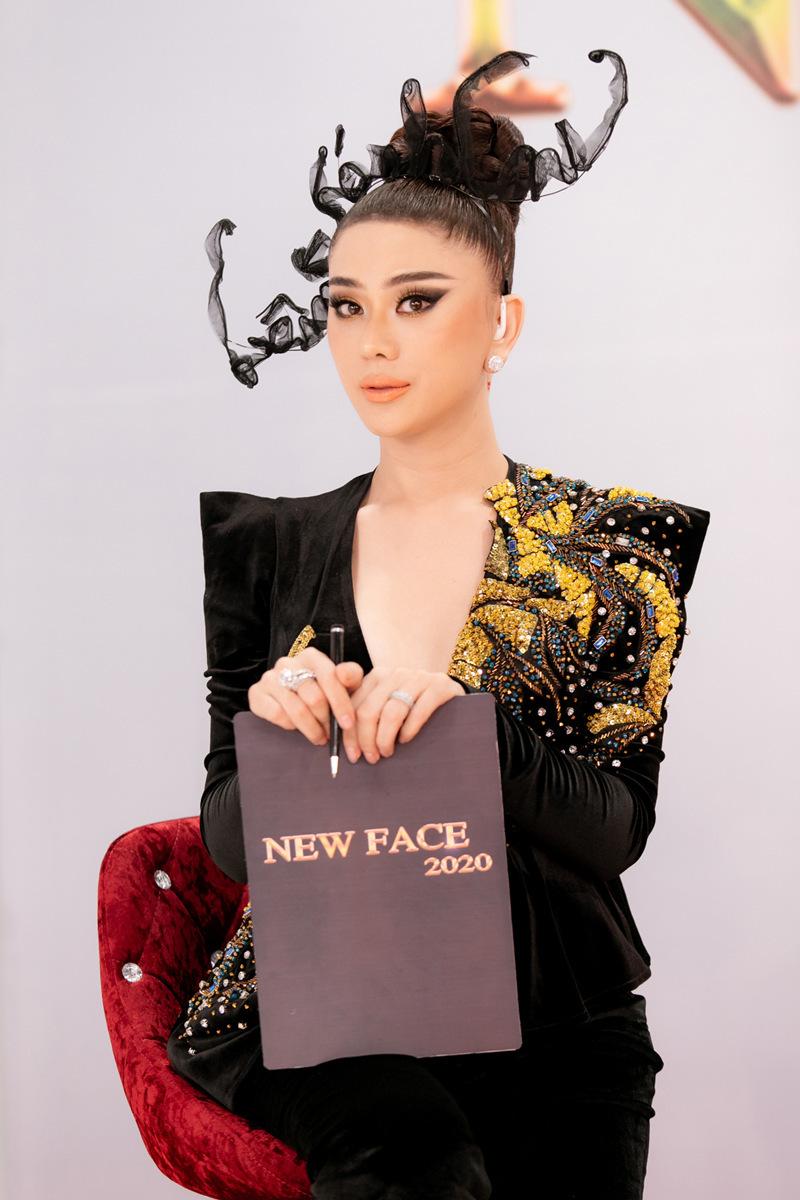 Lâm Khánh Chi chấm thi người mẫu