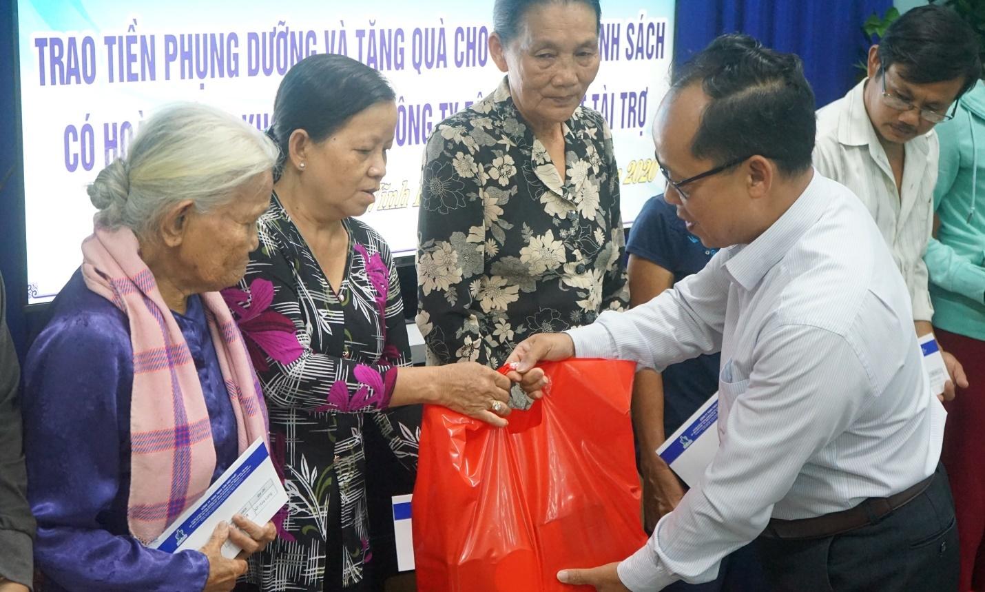 Trao quà cho gia đình chính sách có hoàn cảnh khó khăn TP Thuận An