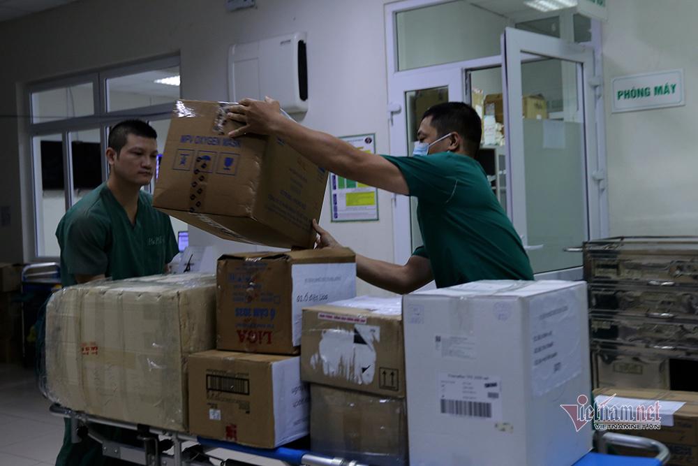 Hình ảnh tổ y tế sang châu Phi đón 120 người mắc Covid-19 về nước
