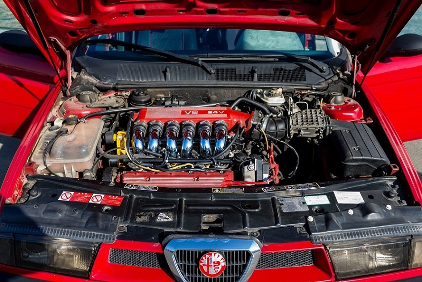 So kè động cơ V6 trên xe sang và động cơ V8 của siêu xe
