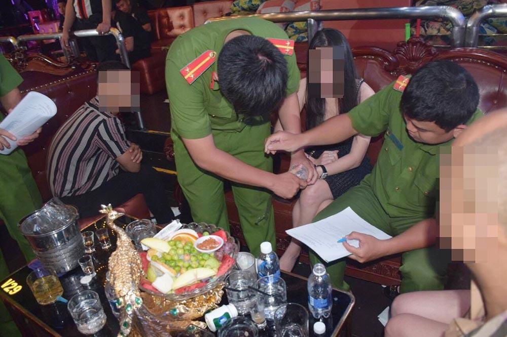 Đột kích hàng loạt tụ điểm ăn chơi ở trung tâm Sài Gòn