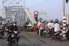 Thi thử câu hỏi điểm liệt sát hạch GPLX: Chú ý gì khi băng cắt qua đường sắt?