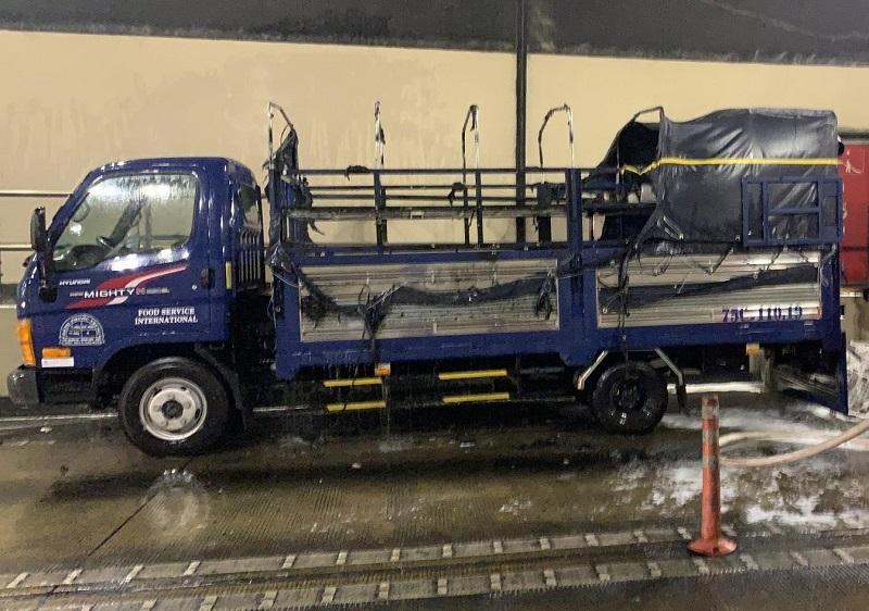 Xe tải bốc cháy trong hầm Hải Vân, phong tỏa cửa hầm dập lửa