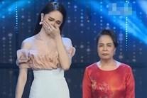 Mẹ Hương Giang khóc lạc giọng: 'Con tôi không bình thường, tôi chỉ cần người chăm sóc nó'