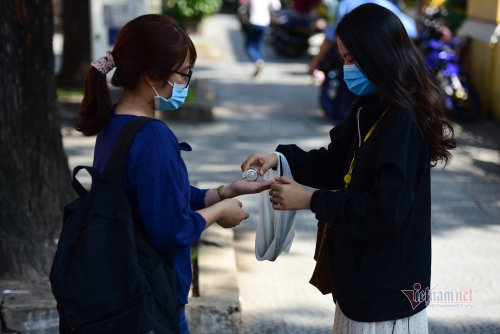 Người dân TP.HCM kích hoạt các biện pháp phòng dịch Covid-19