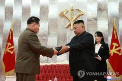 Quân nhân Triều Tiên được Kim Jong Un tặng súng lục đặc biệt