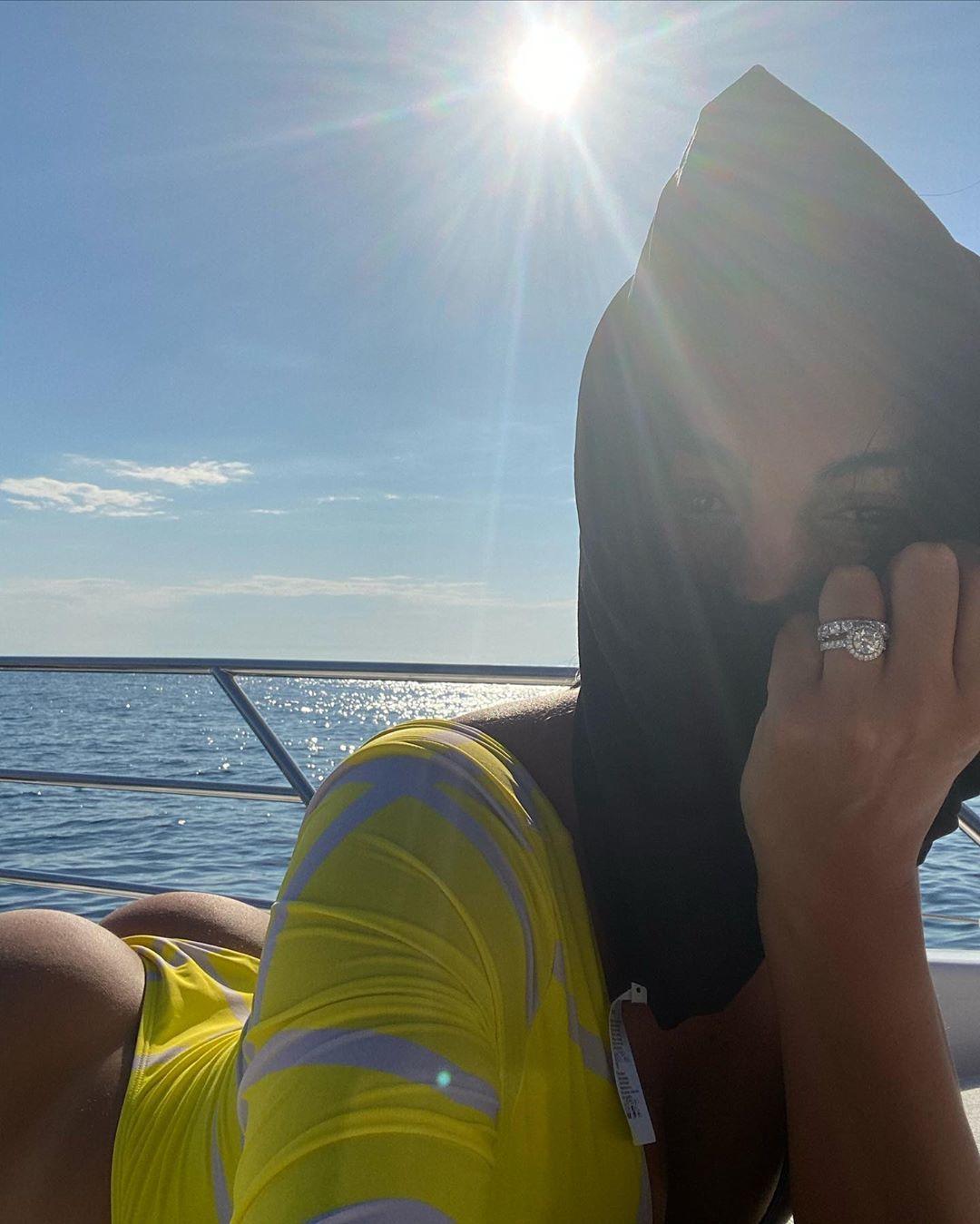 Bạn gái Ronaldo khoe thân nóng bỏng trên du thuyền