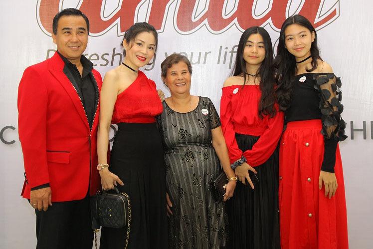 MC Quyền Linh cùng mẹ, vợ và 2 con gái xinh đẹp dự sự kiện