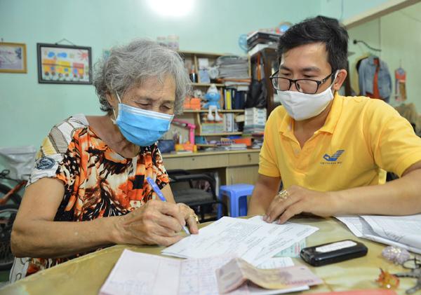 Các địa phương giãn cách xã hội: Nhận lương hưu, trợ cấp BHXH, BHTN tại nhà
