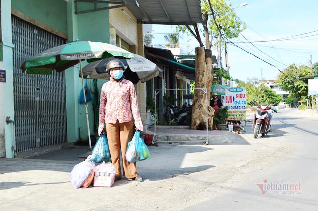 Tiếp tế thực phẩm qua barie cho người dân khu vực phong tỏa ở Quảng Ngãi