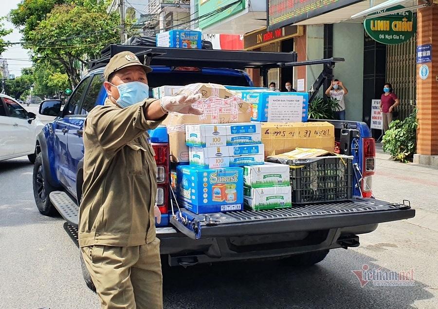 Xe nối đuôi nhau, 'núi' hàng chất đống ủng hộ y bác sĩ Đà Nẵng