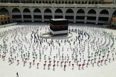 Cảnh tượng lạ thường trong lễ hành hương lớn nhất thế giới thời Covid-19