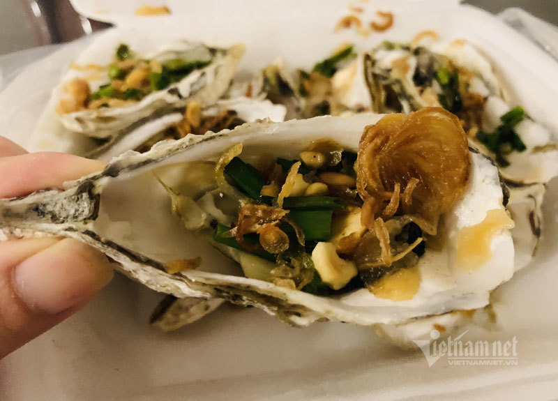 Bếp nướng hải sản thơm lừng, tràn ra vỉa hè bán 5.000 đồng/con
