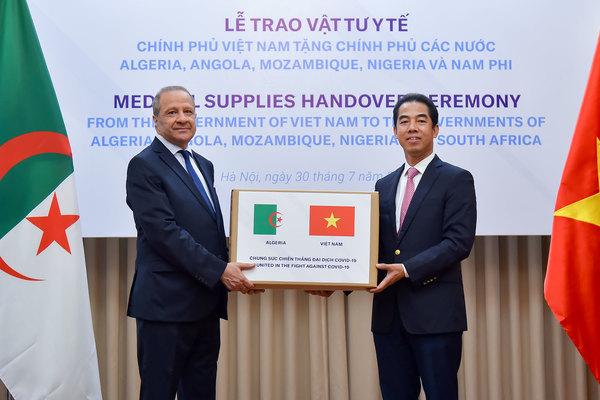 Việt Nam tặng vật tư y tế hỗ trợ các nước châu Phi