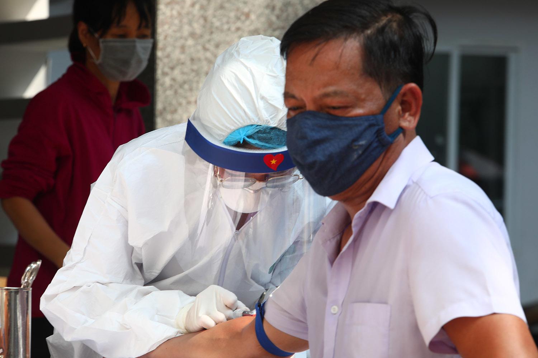 'Chạy đua' xét nghiệm nhanh 21.000 người từ Đà Nẵng trở về Hà Nội