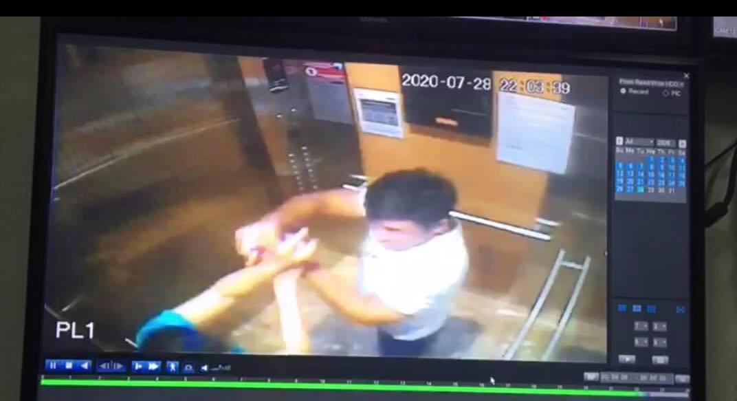 Bị nhắc đeo khẩu trang, gã trai hành hung một phụ nữ trong thang máy