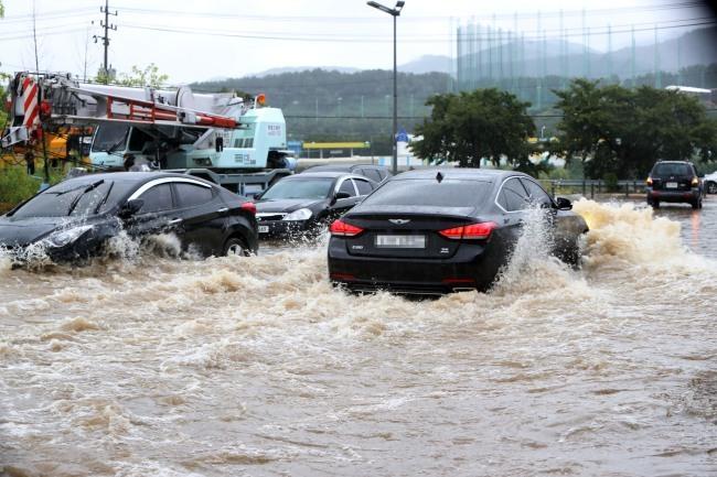 Hàng trăm ngôi nhà, ôtô ở Hàn Quốc 'ngụp lặn' trong nước