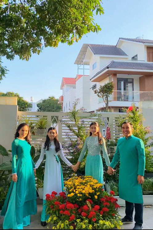 quyen linh vo chong chung phong nhung toi luon nam ngu duoi dat 8 Tuấn Ngọc: Hơn 40 năm đứng trên sân khấu mới được nổi tiếng