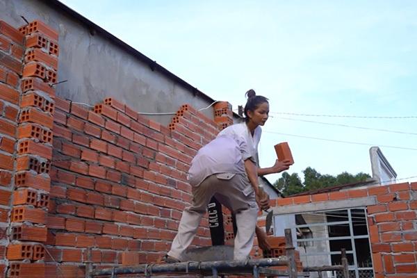 H'hen Niê leo giàn giáo, xếp gạch xây nhà cho người nghèo