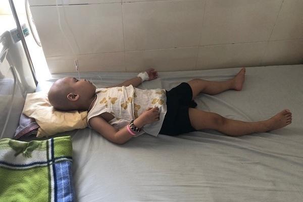 Trao hơn 56 triệu đồng đến bé Hoài An mắc bệnh ung thư võng mạc