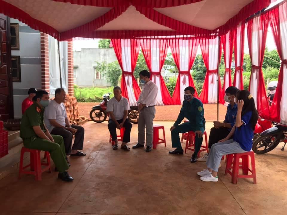 Hàng xóm giúp cô dâu Đắk Lắk đưa bàn tiệc cưới về nhà đãi khách