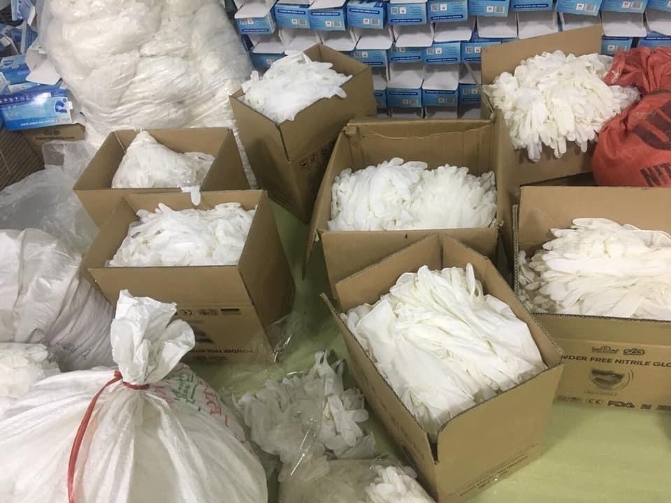 Lộ kho cất giấu hàng ngàn găng tay cao su đã qua sử dụng