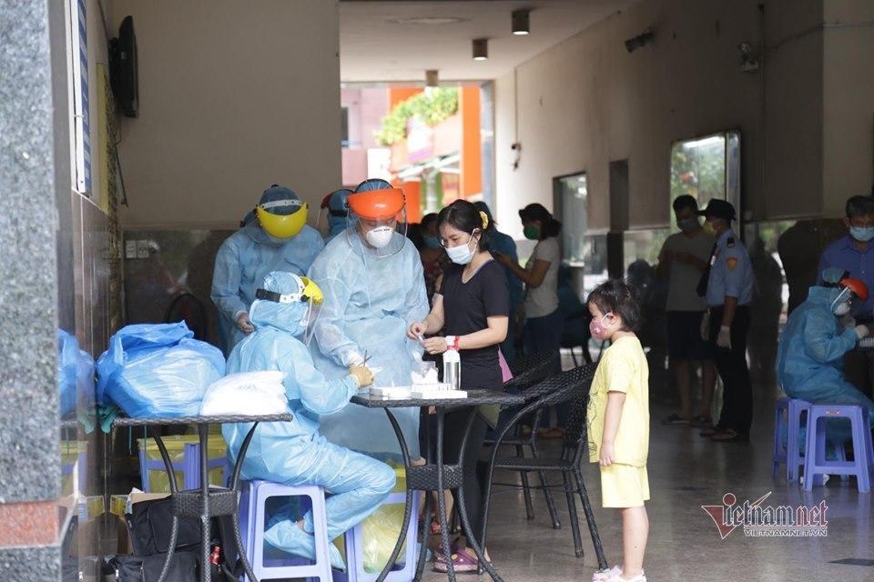 Phong tỏa một block chung cư ở Sài Gòn, lấy mẫu xét nghiệm Covid-19