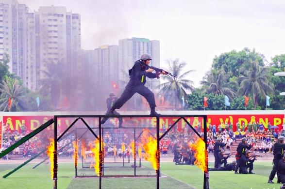 Cảnh sát cơ động trình diễn bắn đạn thật, vượt tường lửa tấn công khủng bố