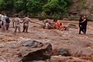Nghẹt thở giải cứu 2 cô gái ra giữa dòng nước xiết chụp ảnh 'tự sướng'