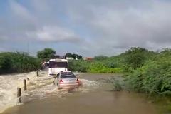 Ô tô trôi tuột khi cố lao qua dòng nước lũ