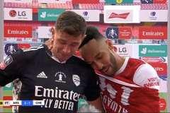 Thủ môn phận hẩm ở Arsenal bật khóc khi thắng Chelsea, giành FA Cup