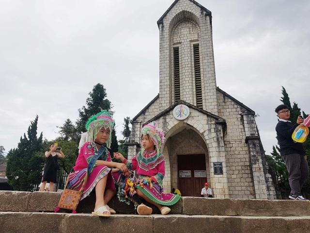 Những đứa trẻ nheo nhóc bán hàng rong mưu sinh ở Sa Pa