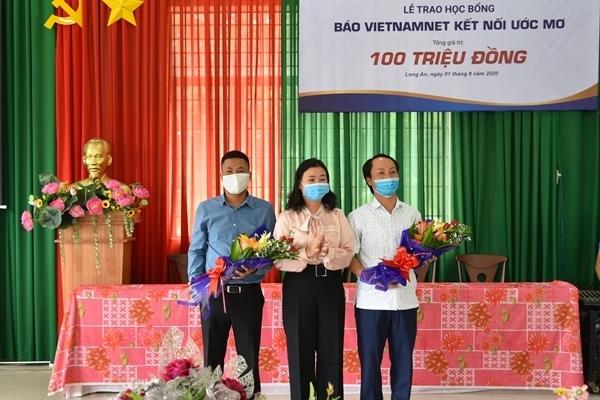 Báo VietNamNet trao 50 suất học bổng trị giá 100 triệu đồng cho học sinh tỉnh Long An