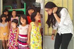 Kind-hearted schoolgirl helps unfortunate children