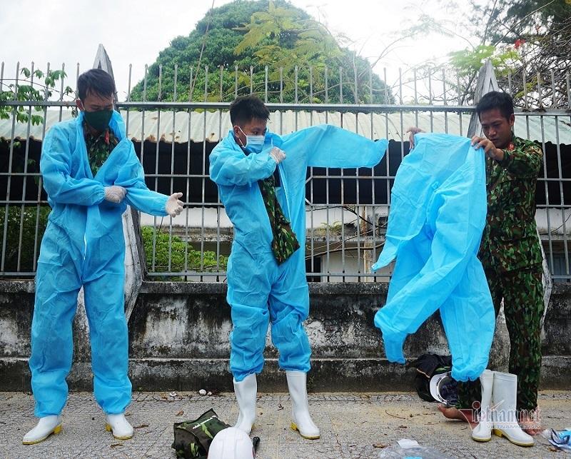 Xe đặc chủng luồn ngõ nhỏ phun khử khuẩn toàn quận ở Đà Nẵng