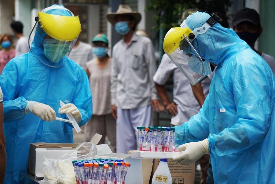 Người dân xếp hàng dài chờ lấy mẫu xét nghiệm Covid-19 ở Đà Nẵng