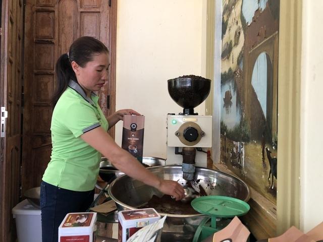 Vợ chồng nông dân mày mò làm cà phê sạch, kiếm hơn 1 tỷ đồng/năm
