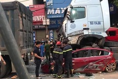 Xe container chồm lên nóc ô tô, cán 3 người tử vong ở Hà Nội