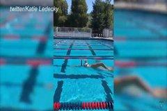 Video vận động viên Olympic giữ thăng bằng ly sữa trên đầu khi bơi