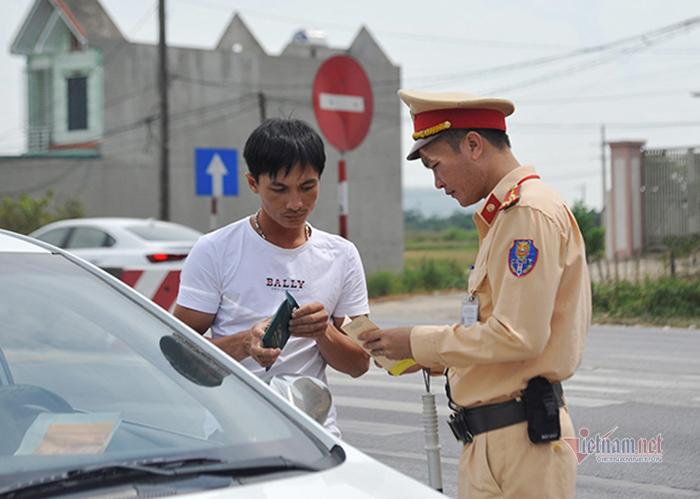 Từ 5/8, Cảnh sát giao thông có thêm những quyền gì đối với lái xe?