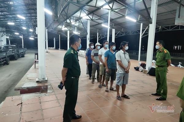 Sáu người đi bộ ven biển từ Đà Nẵng ra Huế để trốn cách ly