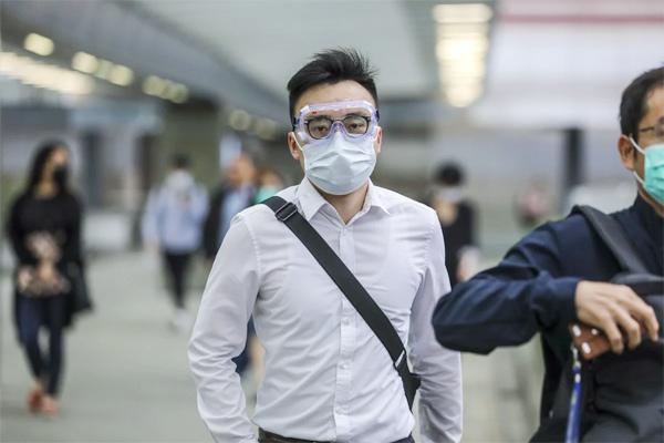 Bác sĩ hàng đầu của Mỹ khuyên đeo kính để phòng Covid-19