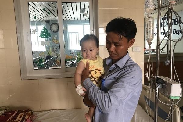 Con 6 tháng mắc ung thư gan, cha đau đớn bật khóc