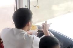 Tài xế ở Nghệ An vừa lái xe vừa ăn mì tôm bị phạt 1,5 triệu đồng