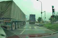 Xe container cán chết cô gái trẻ rồi bỏ chạy ở Hà Nội