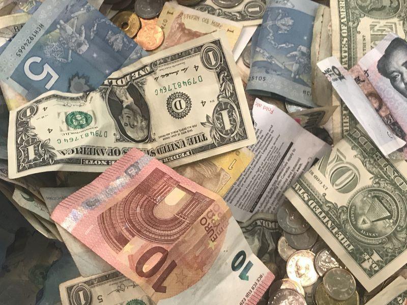 Đồng USD trượt dốc kỷ lục, liệu có thể mất vị thế hàng đầu?